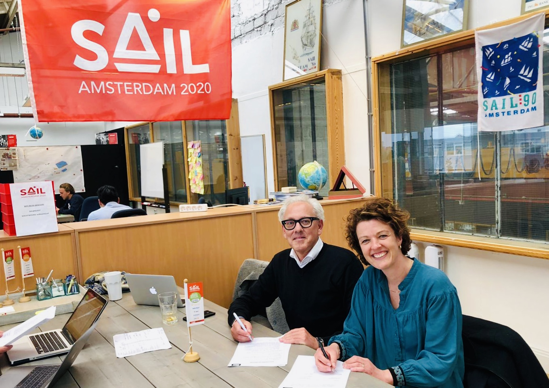 Directeur Sail Event Parters, Reineke Boot en Jan Driesssen van Q&A | Communicatie, ondertekenden maandagmiddag het hernieuwde samenwerkingscontract.