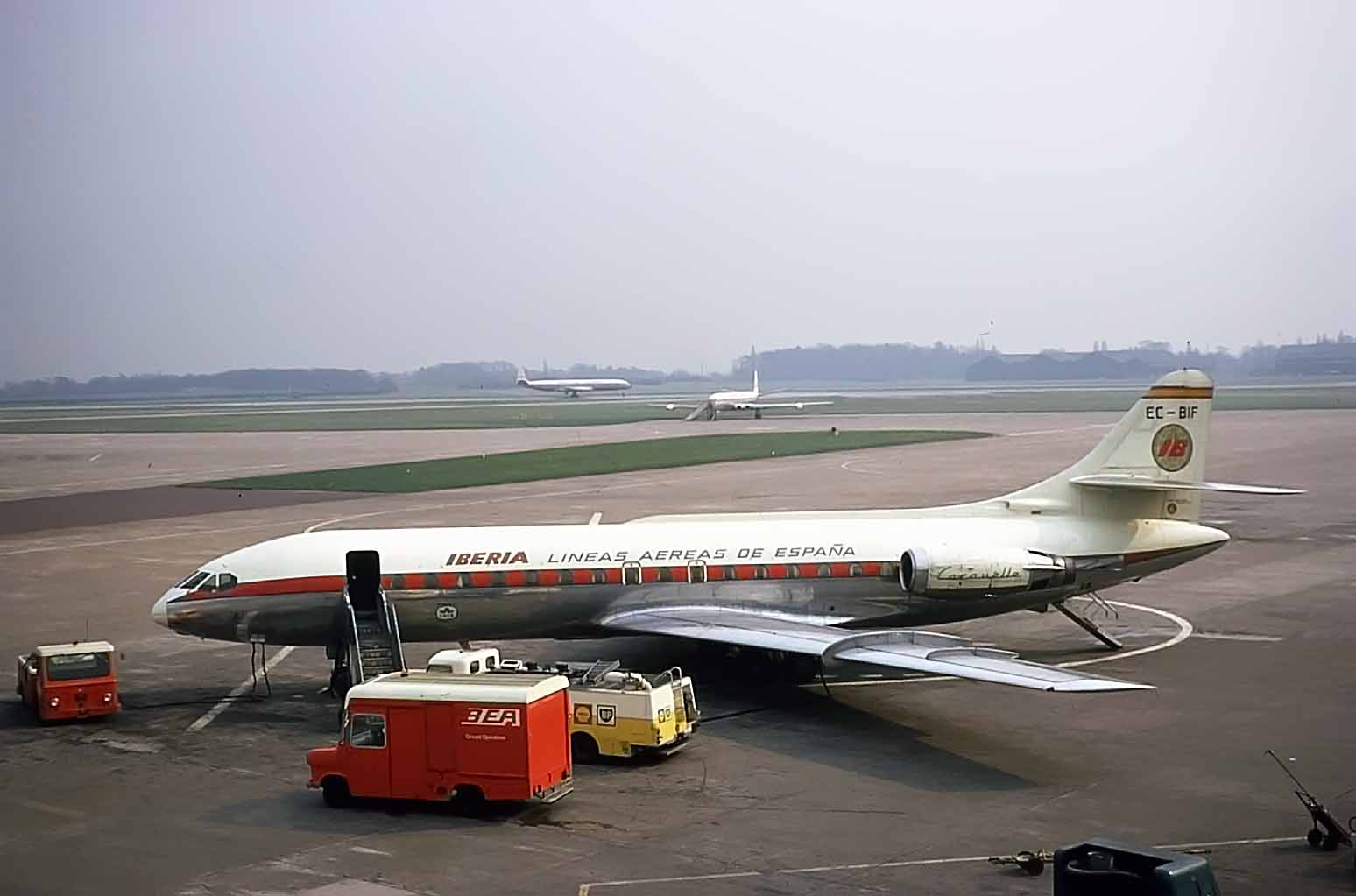 Comets and Caravelles at Manchester..what more could you ask for? This photo from Bob Thorpe captures a superb period representing airliners with power and style - April 1971…. I remember it well.