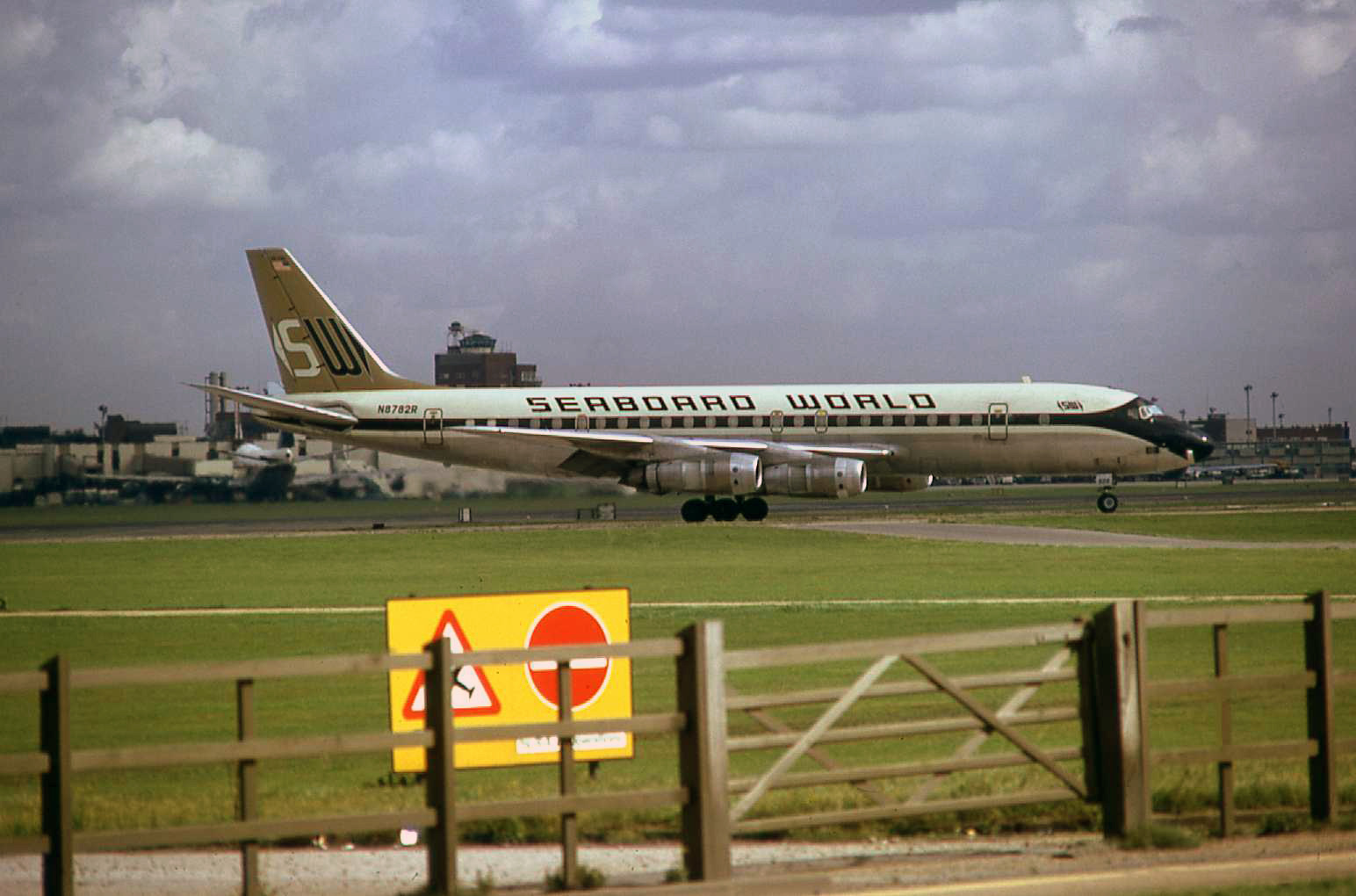 A good old Seaboard (Seaweed) DC8. Who would have thought? Heathrow airport in September 1974. I was Parked up along side the security fence at the time. Reminding us that things never remain the same and as enthusiasts / photographers we have to make the most of what we have at a particular time…the RVP and Manchester Southside perhaps being the points in question at this very time?