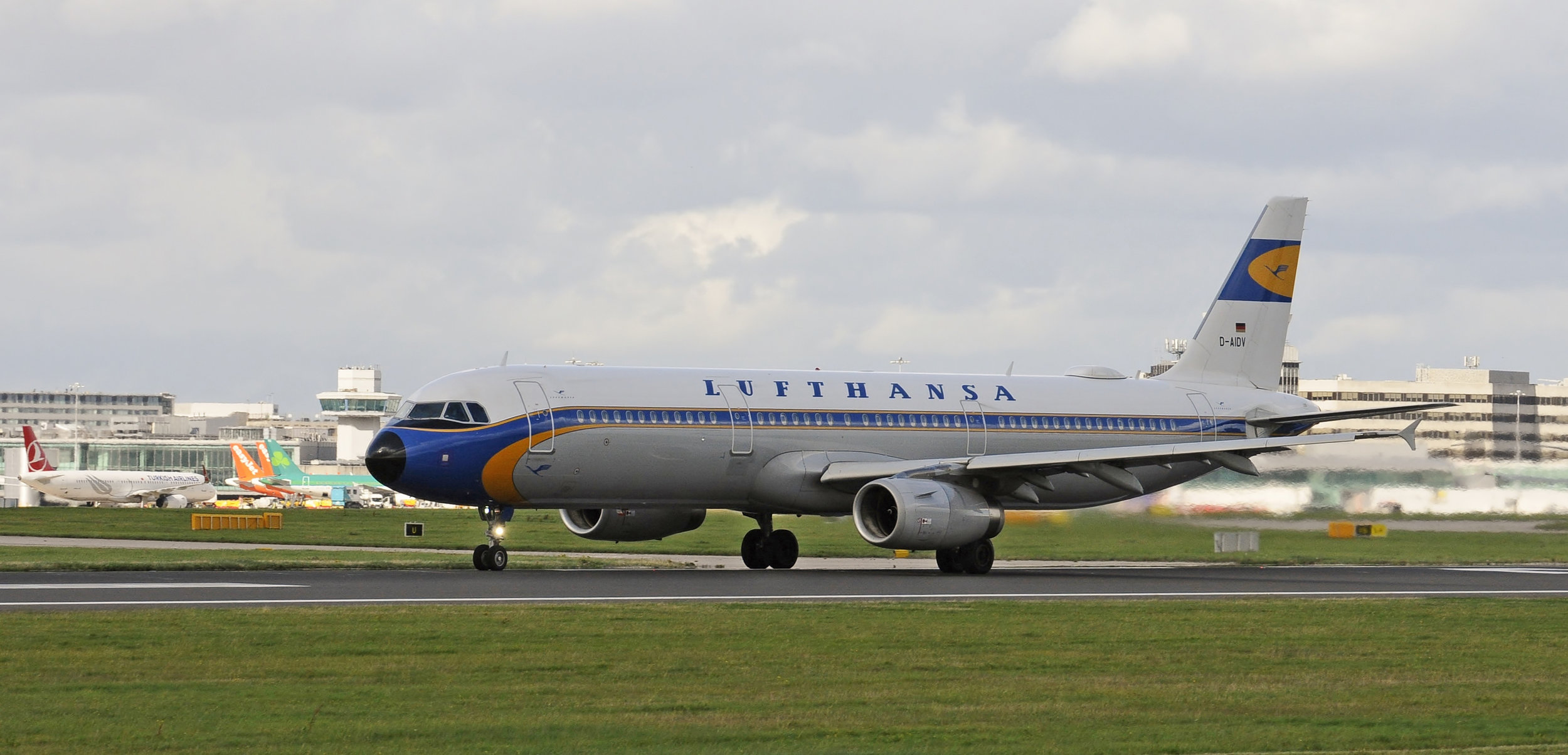 Lufthansa operated their Retro Livery A321 D-AIDV into Manchester from Frankfurt on 1st September. Photo; Darren Moston.