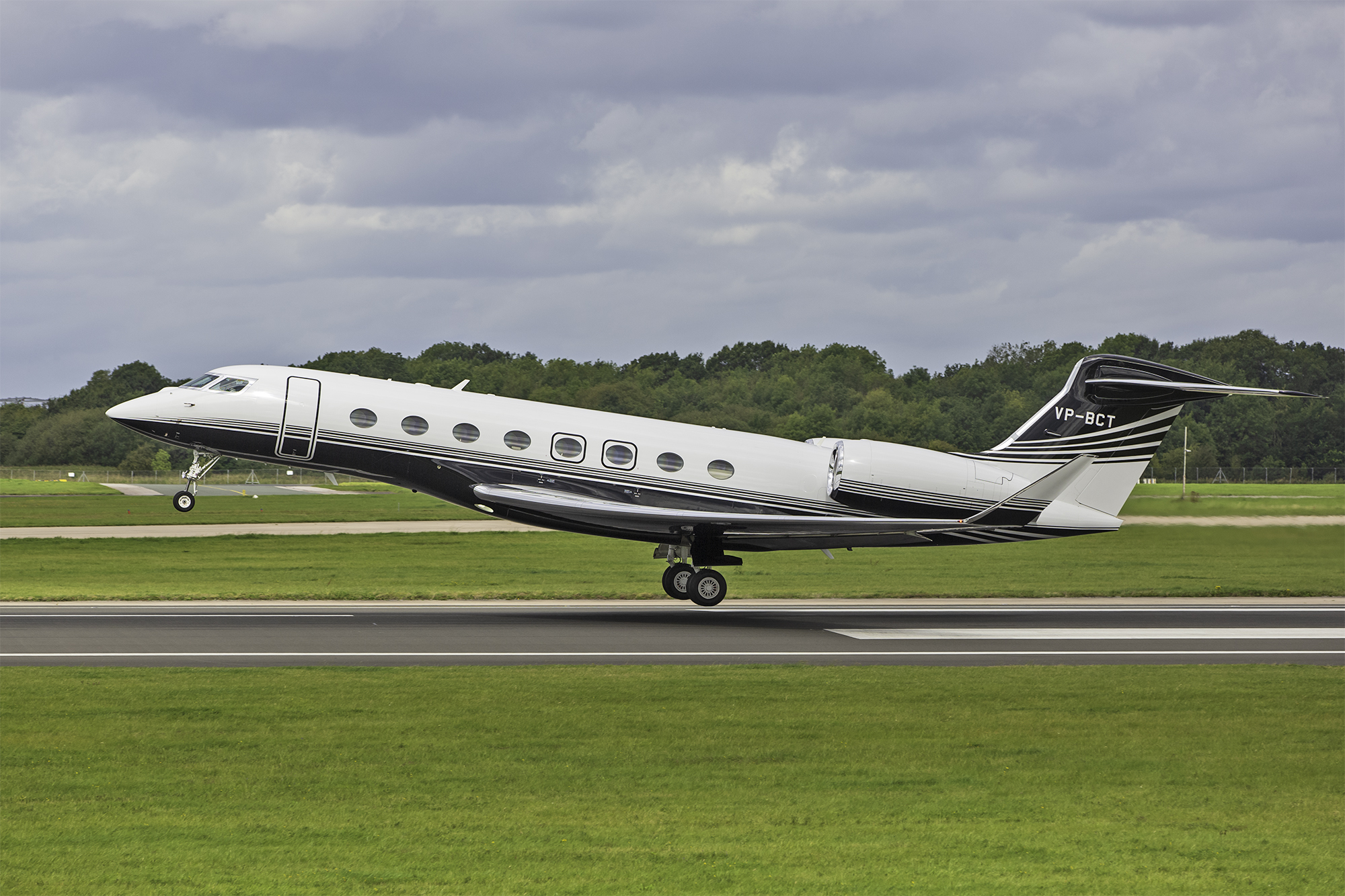 A superb shot of Gulfstream 650 VP-BCT as she becomes airborne from Runway 23 Left on 2nd September. Photo: Paul Bailey.