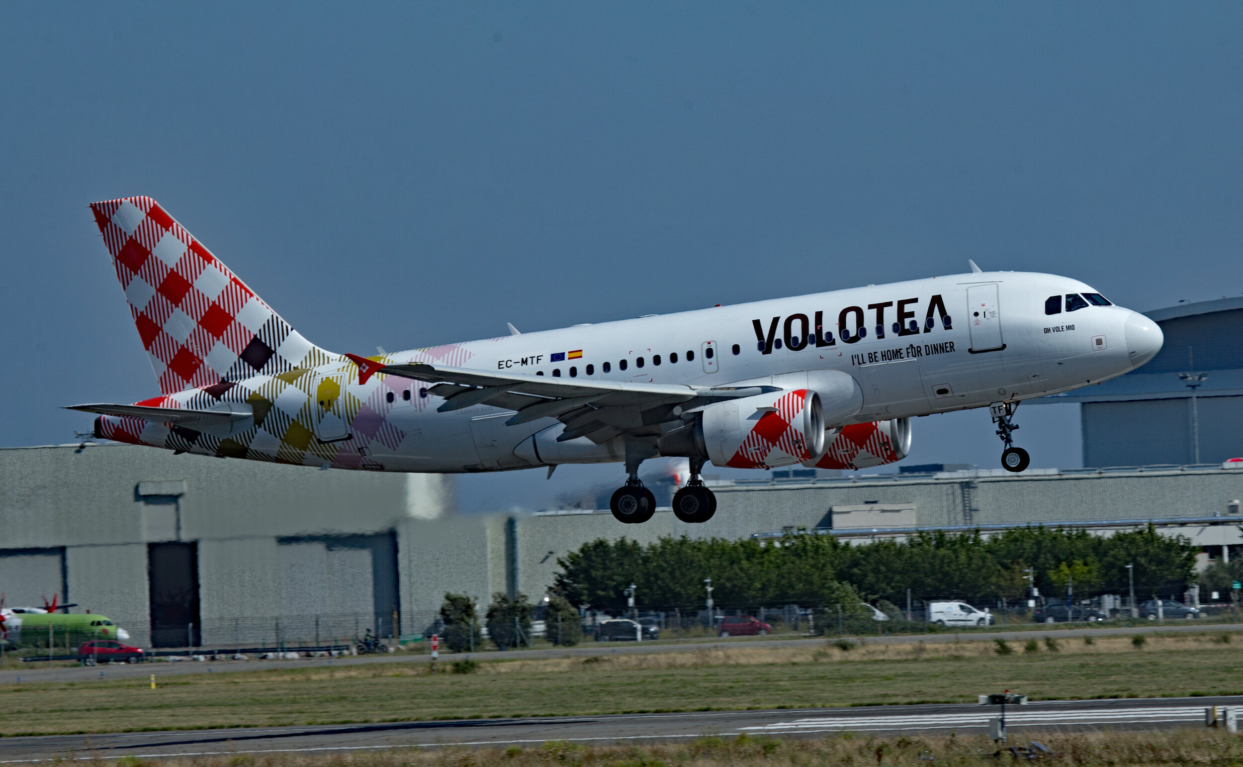 Volotea Airbus A319 EC-MTF on very short finals to Runway 14 Right at Toulouse 20th September 2019. Photo: Peter Hampson.