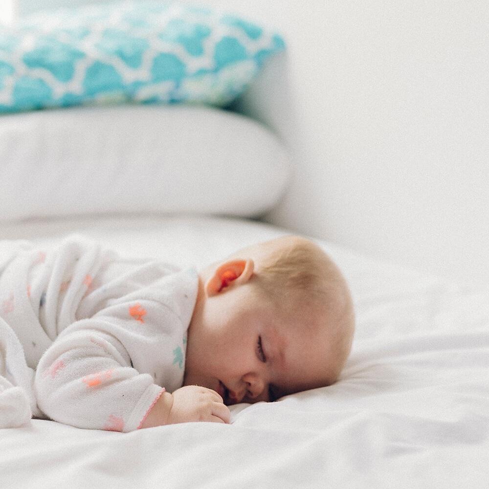 3. Ved fødslen udgør bifidobakterier den største gruppe i spædbarnets MIKROFLORA. - Med alderen øges mang-foldigheden, og derved øges mængden af lactobacillus. Det er bl.a. derfor, du finder Lactobacillus mælkesyrebakterier i Lactocare Baby dråber.