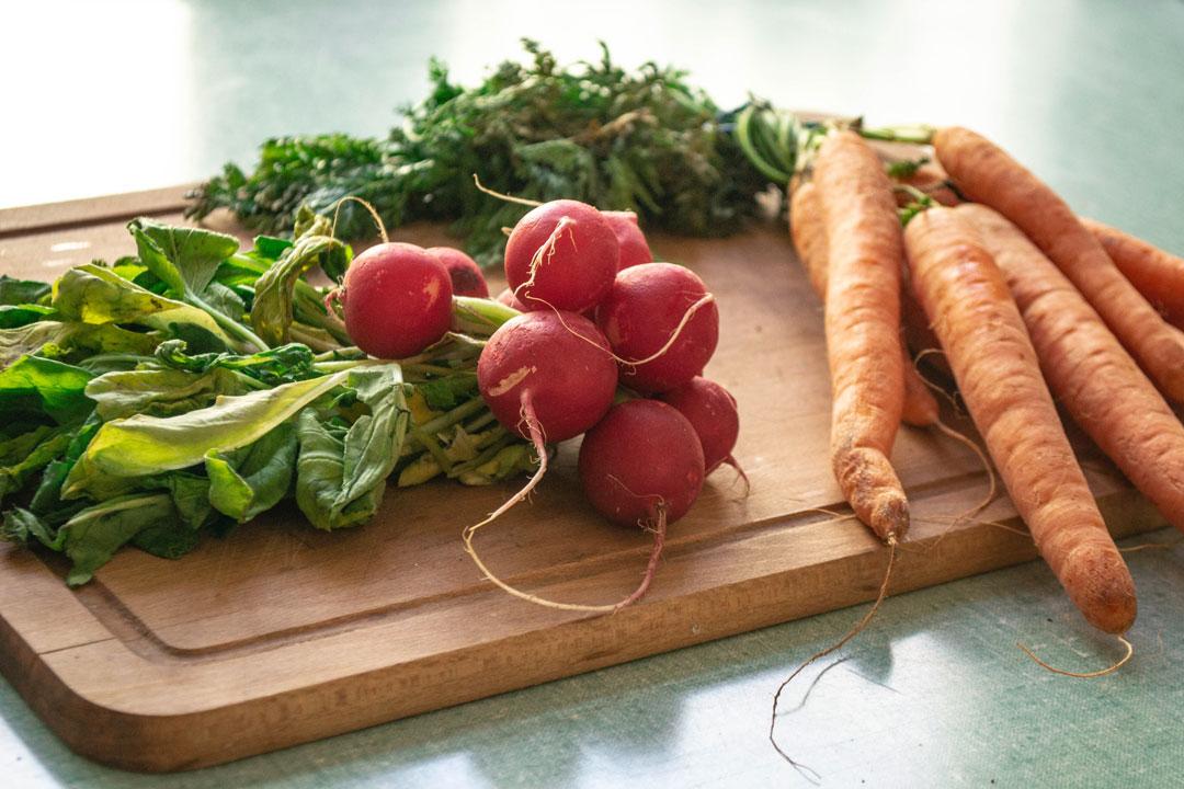 Soupe fanes de radis et de carottes — le couvert
