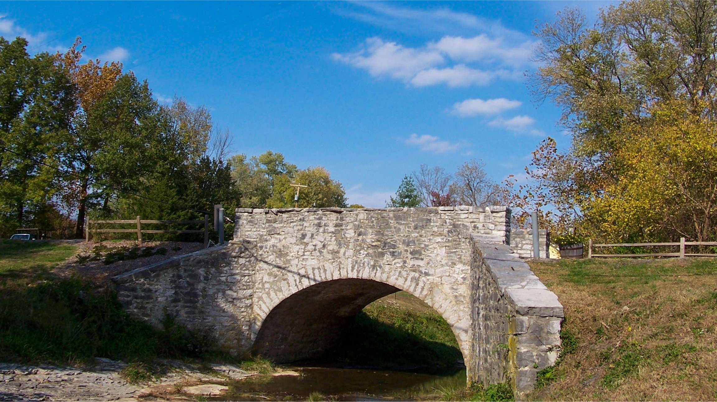 The iconic stone bridge in Maeystown