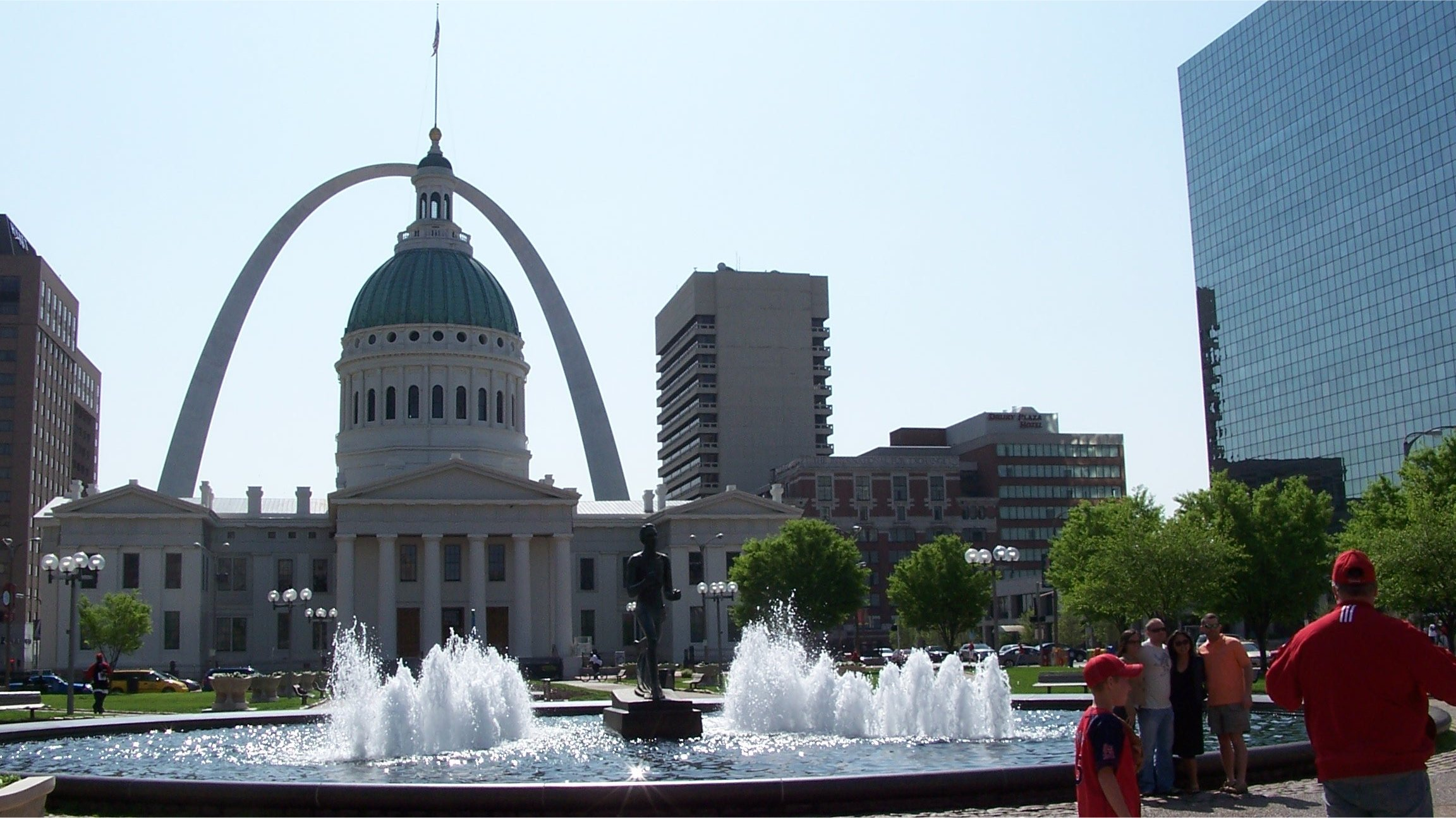 The Gateway Arch frames the Old Courthouse in downtown Saint Louis