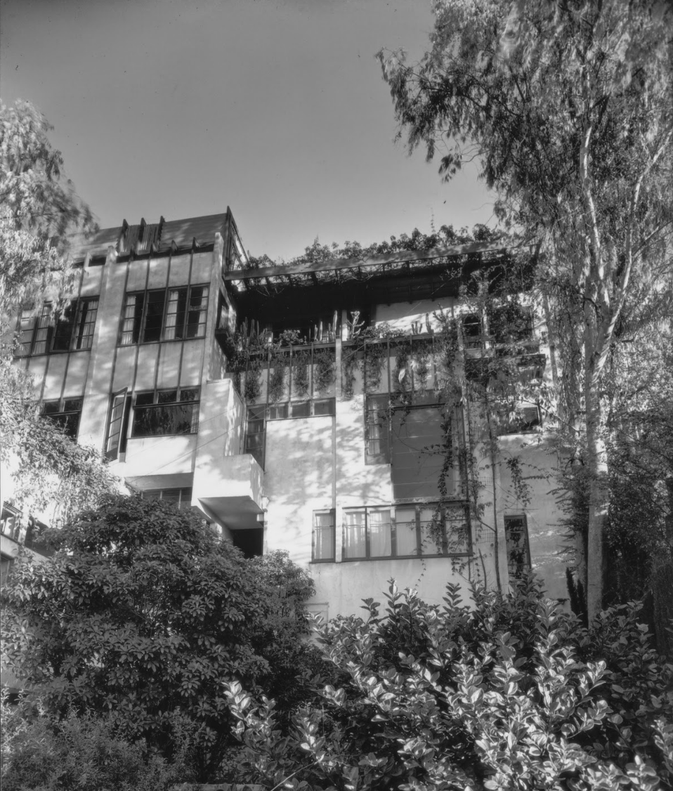 Photo of the central building at Manola Court, taken by Julius Shulman in 1938. Photo courtesy of the Getty Research Institute.