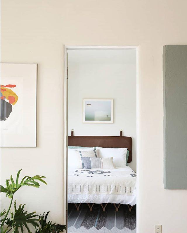 👀👀 Photo by @charmizzle  #nonprofit #manolacourt #hermansachs #rmschindler #rudolphschindler #schindler #shorttermstay #losangeles #silverlake #ca #socal #design #interiordesign #interiors #art #wallart #bedroom #visitla #stayhere #shorttermstays #stayinla #wheretostay