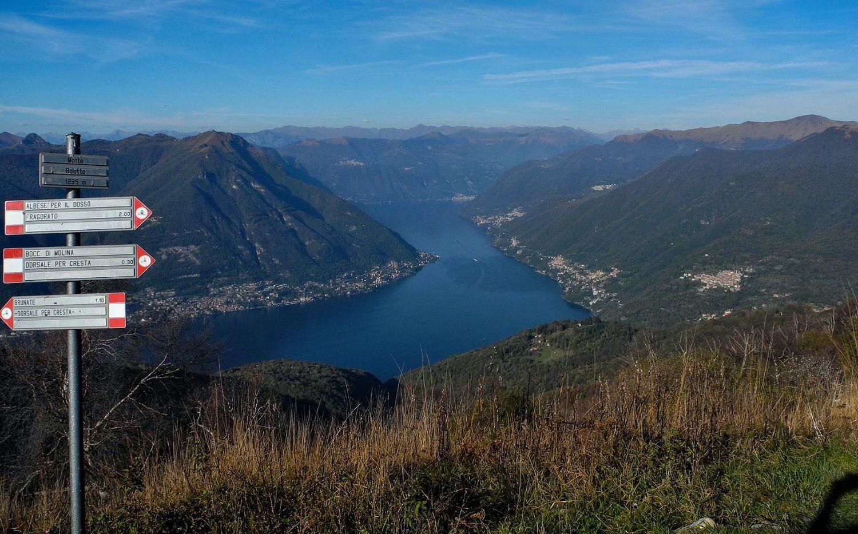 Monte Bolletto segnavia e vista.jpg