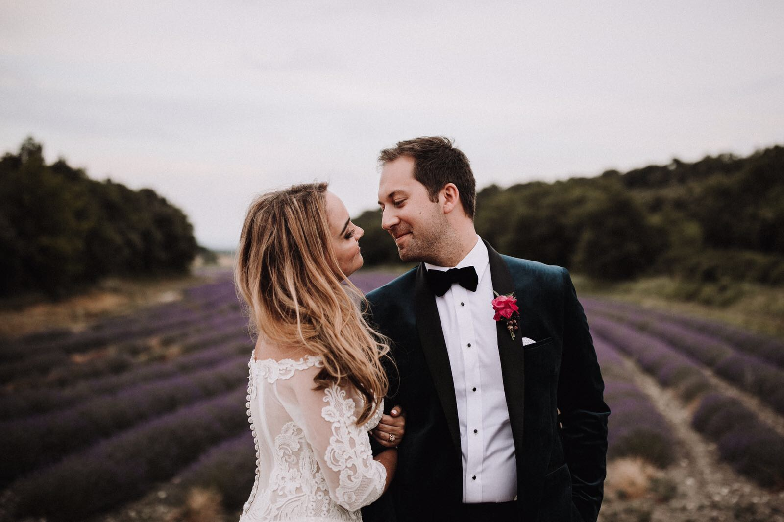 French Wedding Style - Today's wedding in Vaucluse France is full of awesome views that will keep us staying in love with this stunning wedding. Laura Dova Weddings masterplanned the event for this special couple who flew away from Australia to France, just to enjoy and witness their wedding. James Frost delivered breath taking photos and memories of the celebration.DECOUVRIR…