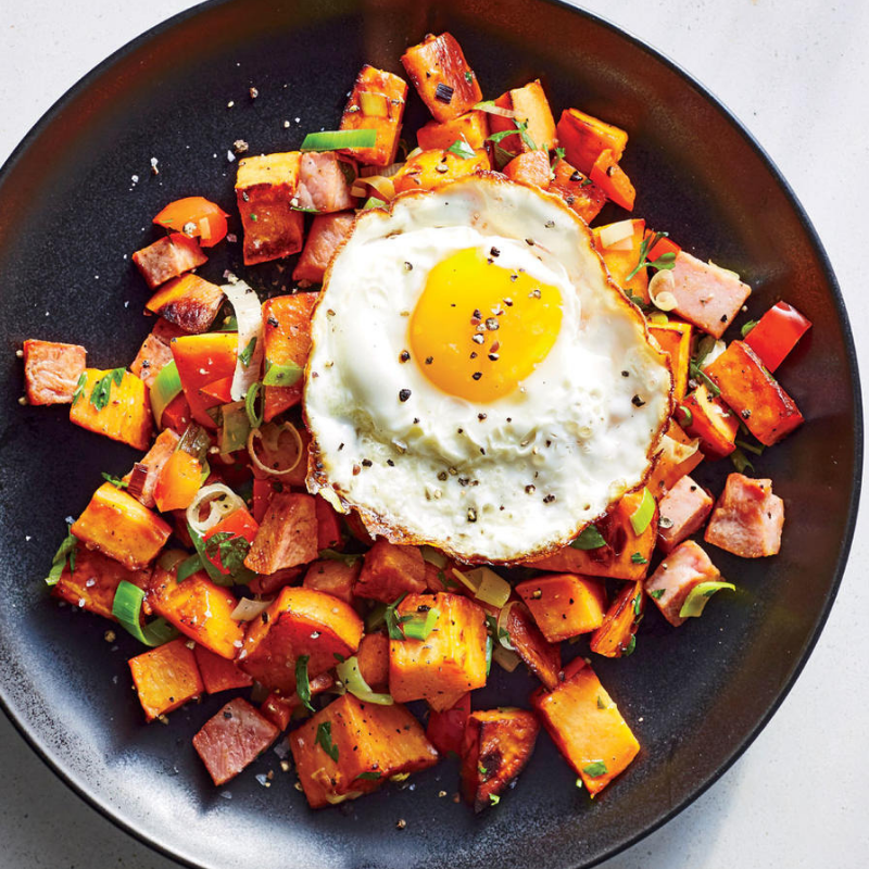 Ham and Sweet Potato Hash - This recipe is perfect for breakfast, lunch, or dinner! What could be better than sweet potatoes, ham, veggies, peppers, and eggs? Colourful and nutritious!Get the recipe>>