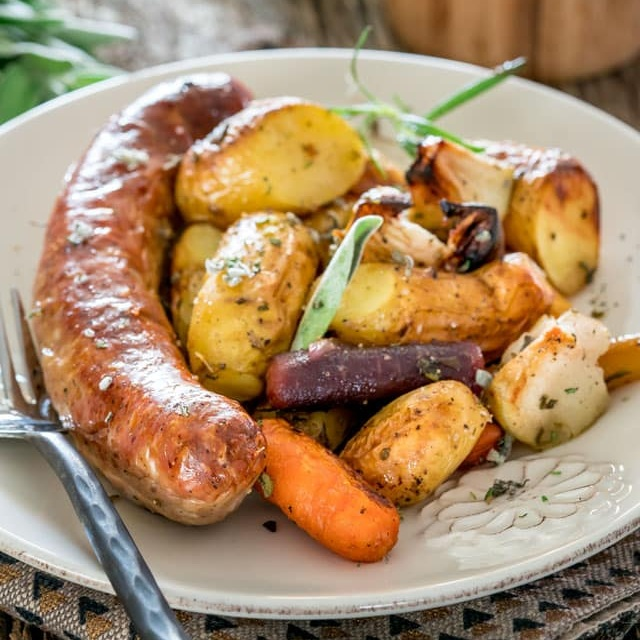 Baked Sausage with Apples – Sheet Pan Dinner - Apples, and carrots, and potatoes, oh my! After a long day at work, this one pan recipe is quick and easy to toss together and throw in the oven. With simple ingredients, it's sure to be a family favourite!Get the recipe >>