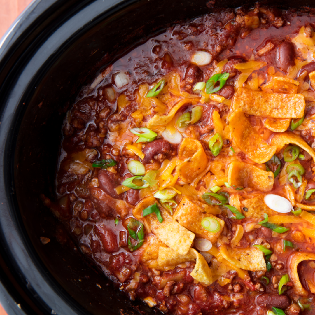 Slow Cooker Chilli - Nothing says fall like warm steamy chilli! Add all the ingredients to the pot and let it simmer for 6 hours. This recipe yields over 6 servings so you can pack it up and reheat it again later in the week without it losing its punch. Quick, easy, and delicious!Get the recipe>>