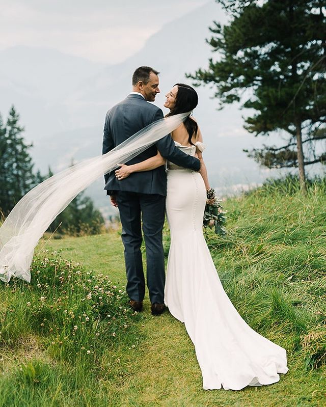 The happiest anniversary to these two! ♥️ Leigh and Chris, we remember your special day like it was yesterday and sending you lots of love for another incredible year of marriage. ⠀⠀⠀⠀⠀⠀⠀⠀⠀ Photography @_gingersnapphotography Designer and Production @jraeweddings Venue @silvertipgolfresort Videography @brock.maarten Floral @elementsfloralcanmore Hair and Makeup @simplymecanmore Officiant @tamarajuju Rentals @modernluxerental Signage @lovebuiltyyc Transportation @highlandvipgroup DJ @djkwake_entertainment Dessert @prettysweetyyc . . . . . #calgaryweddingplanner #yycbride #yycweddingplanner #yycwedding #jacquelineraewedding #yyc #alberta #banffweddingplanner #canmoreweddingplanner #canmorewedding #fineartwedding #silvertipwedding