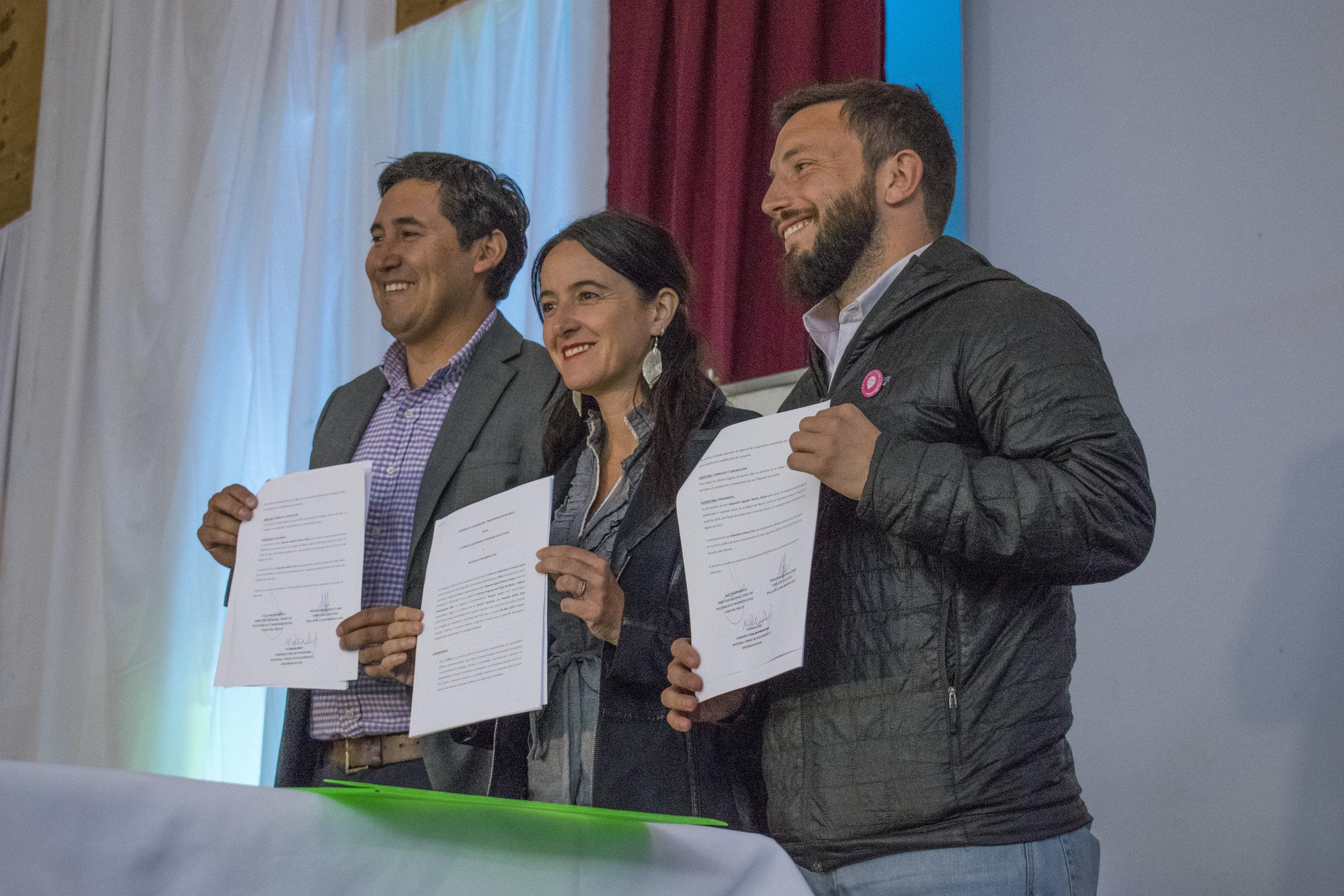 Autoridades de FOSIS junto a Sebastián Salinas suscribiendo convenio de cooperación.