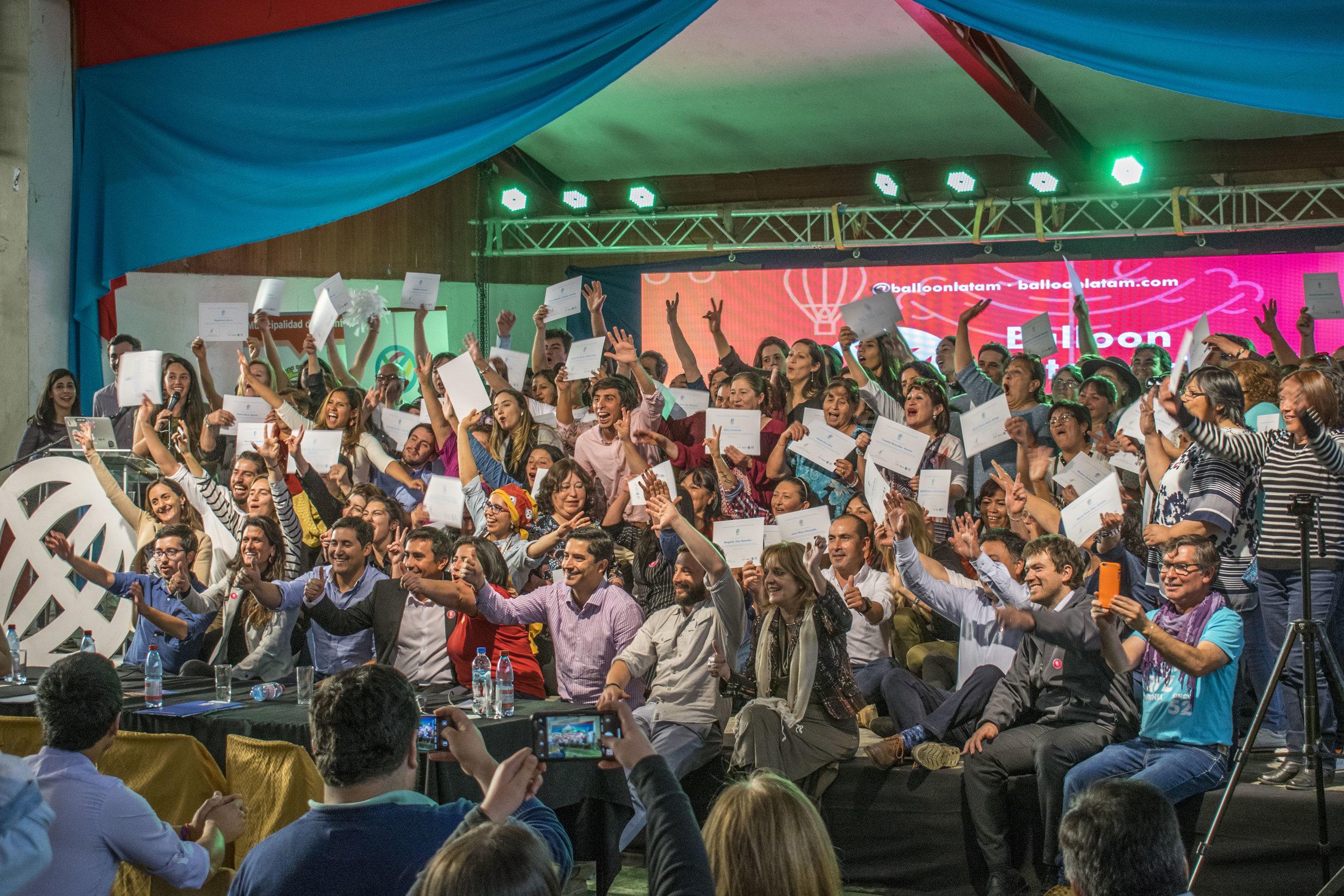 Emprendedores, Fellows, autoridades y equipo Balloon, reunidos en el escenario para la foto final.