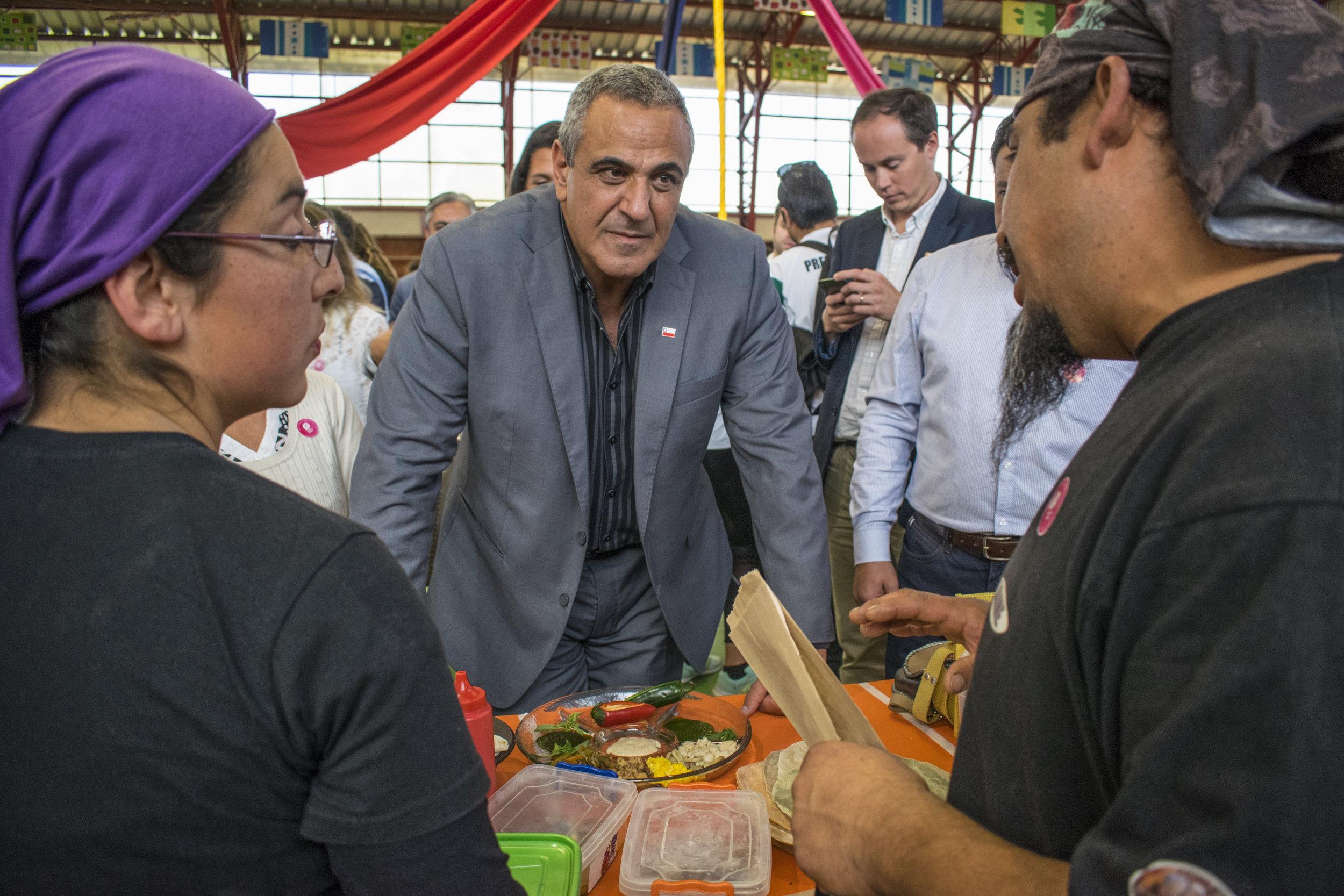 Intendente de la Región del Maule, Pablo Milad, conversando con los y las emprendedoras en la Feria.