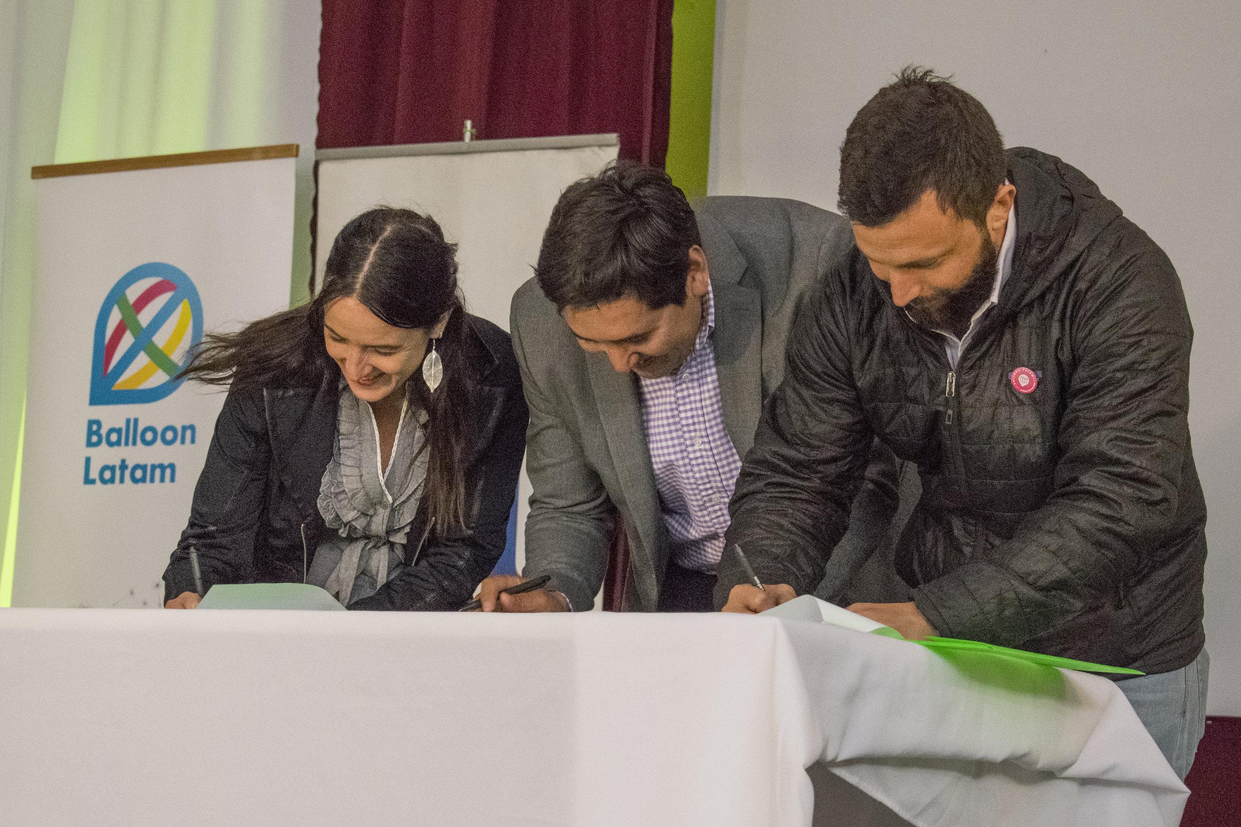 Director Ejecutivo de Balloon Latam, Sebastián Salinas firmando el convenio junto a autoridades nacionales y regionales de FOSIS.