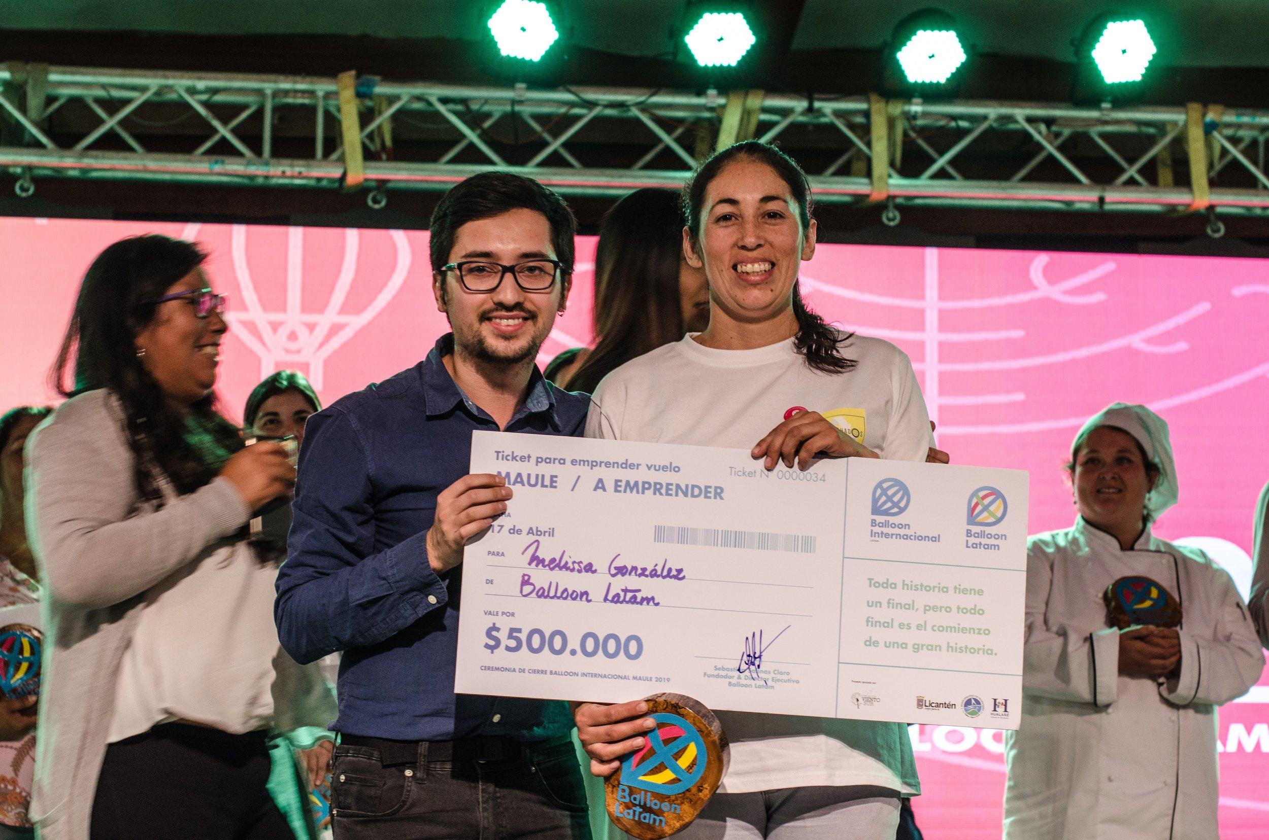 Mellisa Gonzalez, recibiendo su reconocimiento.