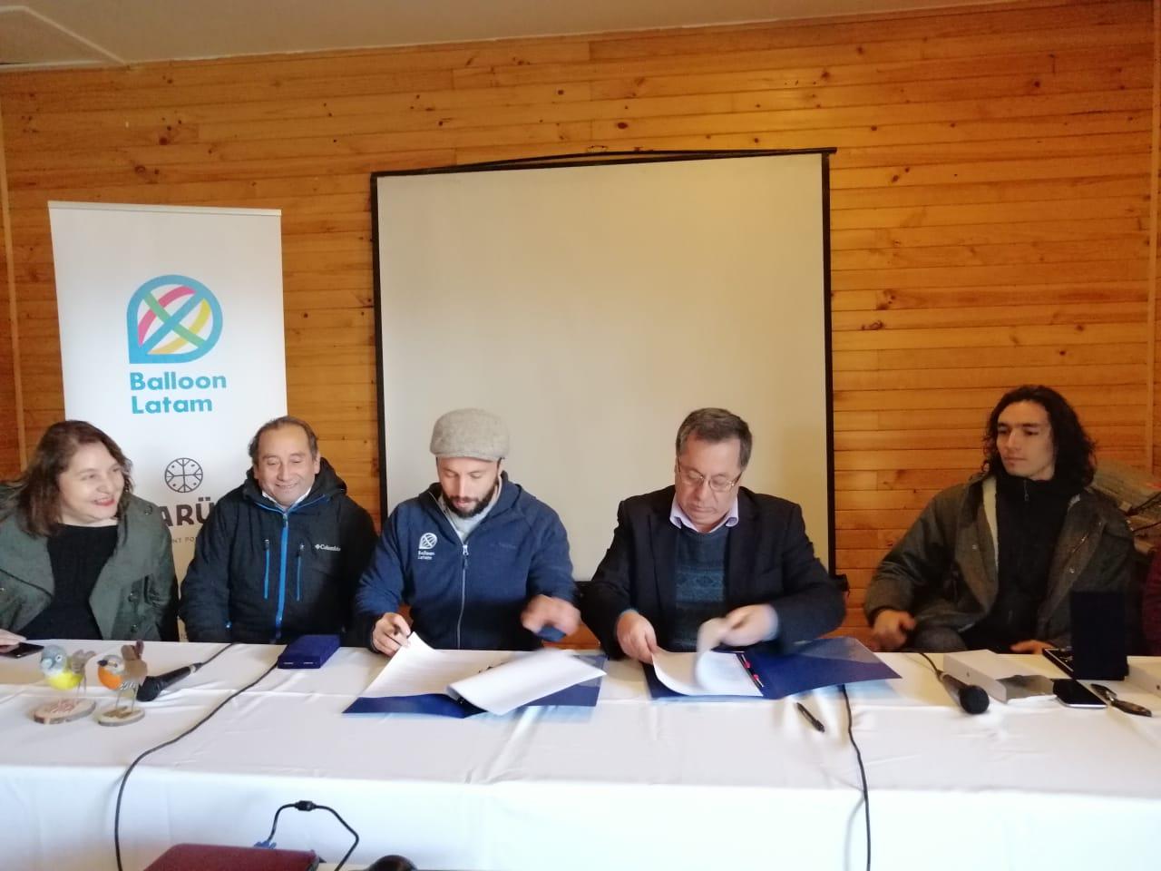 Alcalde Carlos Soto firmando el convenio junto Sebastián Salinas y Thomas Kimber