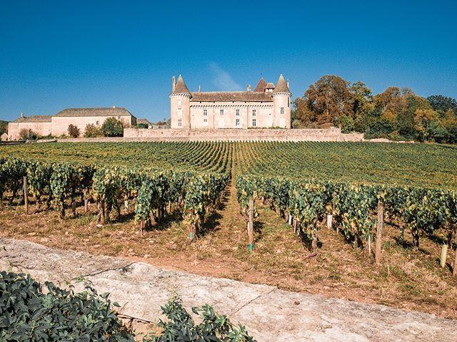 Coucou tous le monde?  Alors vous avez bien profité du week-end? Pour notre part, nous étions dans les vignobles de Saône et Loire, regardez comme c'est magnifique 😍 —  #france #burgundy #nature #picoftheday #dijon #cotedor #photography #photooftheday #wine #patrimoine #travel #friends #vin #vendanges #francetourisme #pinotnoir #french #beaune #weekend #instawine