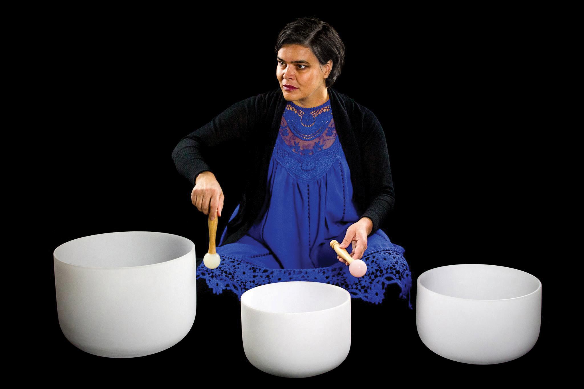 Sonia Loinsworth: sang og krystallskåler av kvarts. Foto: Hielke Gerritse