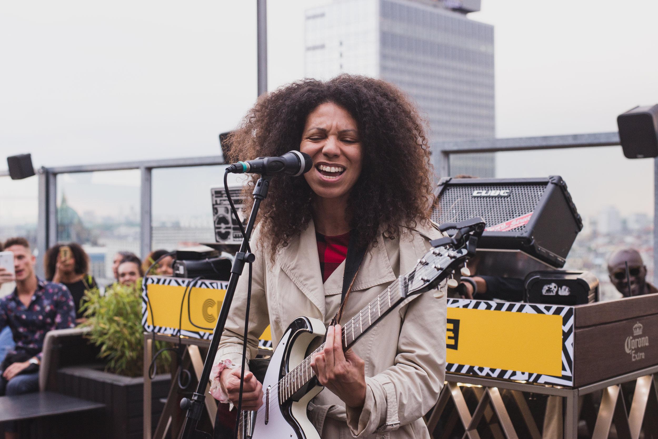 Musikerin Abstrak Jaz eröffnet als erster Live-Act den Abend, (C) Daria Modin