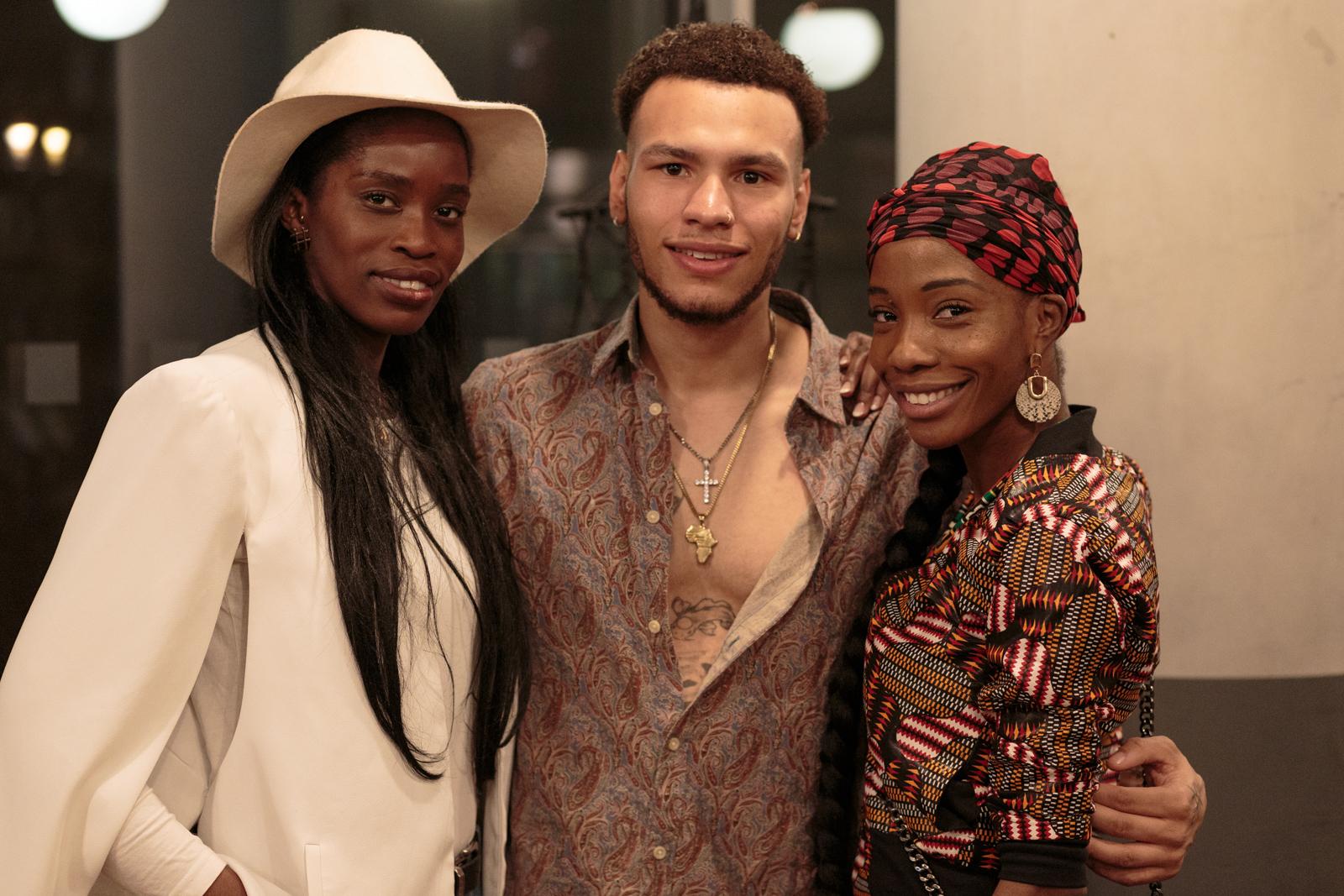 Dj Nomi  posiert mit Model  Jonas Steinig  und einem weiteren Gast auf dem CURL Ambassador Event, (C) Philipp Primus
