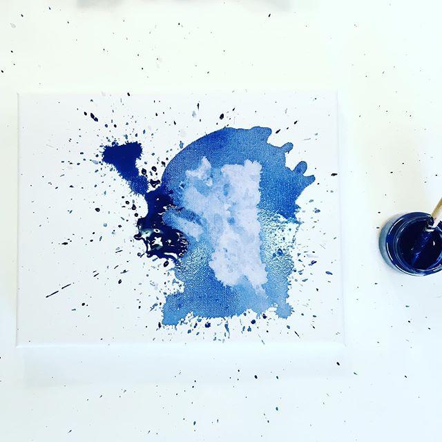 Work in progress 🙂! #emergingart #femaleartist #emergingartist #jenesieart #abstractpaint #workinprogress #processart #artprocess #artprogress #studio #studioscenes #contemporain #contemporary #contemporaryart #acryliquepainting #acrylique #blue #paint #art #artwork #canvas #doitfortheprocess #mybeautifulmess #jenesieartstudio #france #bretagne