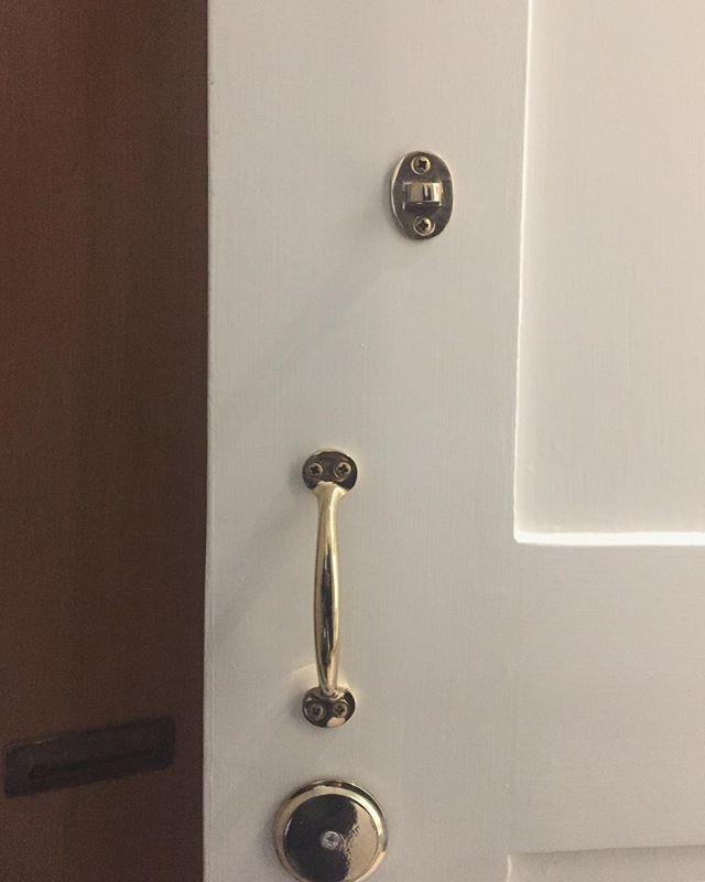 Doors and handles done! ___ #renovation #antiqueapartments #doors #handles #entisöinti #remontti #ovienmaalaus #helat #ekmanremonttijamaalaus