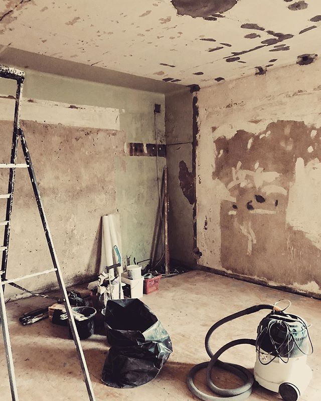 Peeling out the layers. Back in the basics. And then we start.  ___ #onsite #renovation #luxuryhomes #interiors #apartment #wallpaint #architecture #remontti #seinämaalaus #ekmanremonttijamaalaus