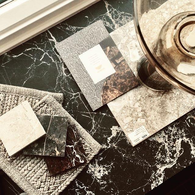 Window gallery goods. Office mode after summer vibes.  ___ Feat. @koolmatoy @abllaatat  #deco #styling #carpets #rugs #stones #tiles #marble #interiors #sisustus #inredning #interiordesign