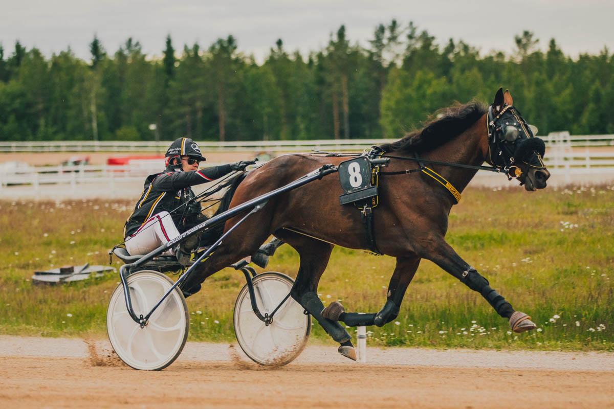 Mercedes Match sai ansaitut taputukset Santtu Raitalalta Kajaanin voiton jälkeen. Kuva: Anu Kovalainen