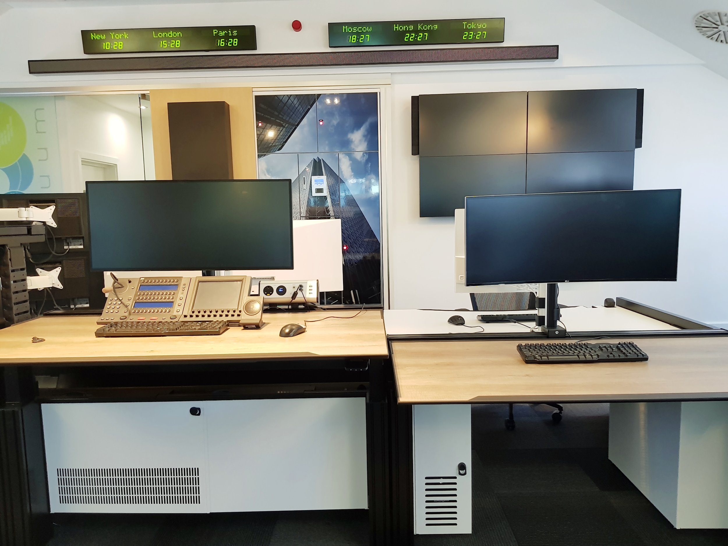 LG Screens Housed Upon our dt11 Trading Desks