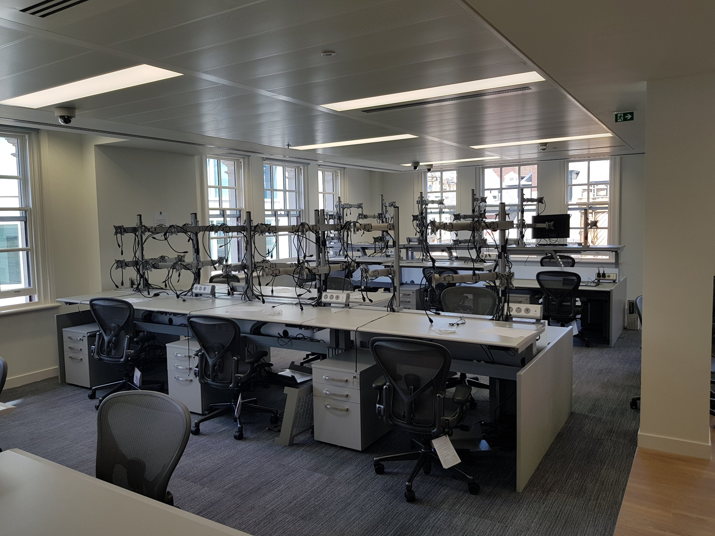 Continuum Trading Desks with SmartArm and TL Units