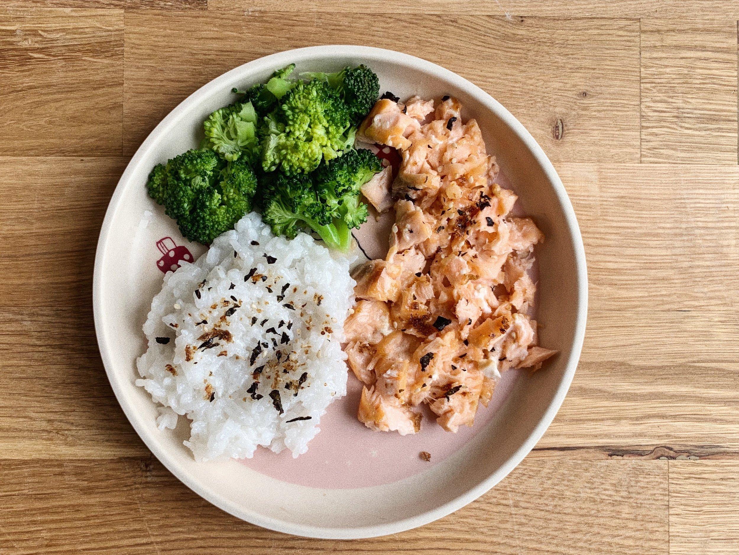 """Взривоопасна комбинация от """"силни и опасни алергени"""" и """"японски измислици"""" - сьомга, маринована с мисо, и ориз с кокосово мляко, поръсени с фурикаке"""