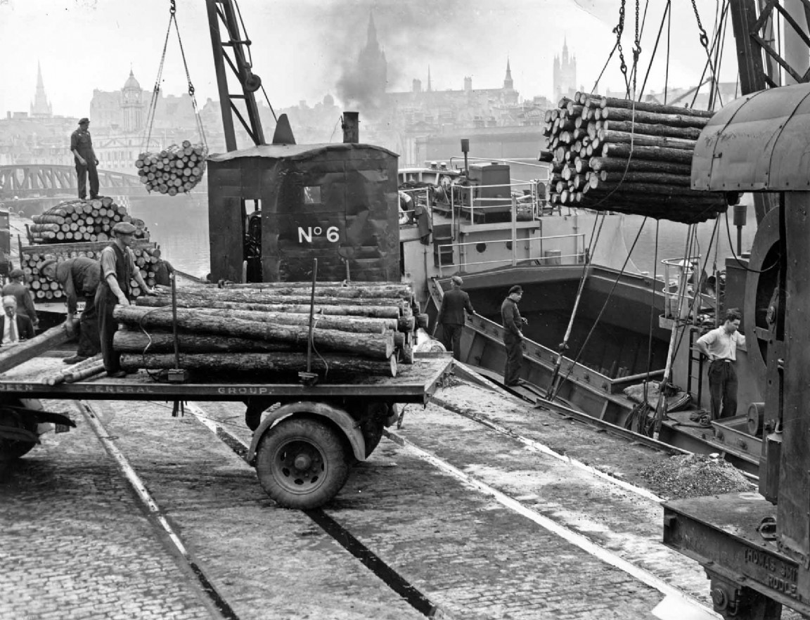 Loading timber at Aberdeen harbour, 1954