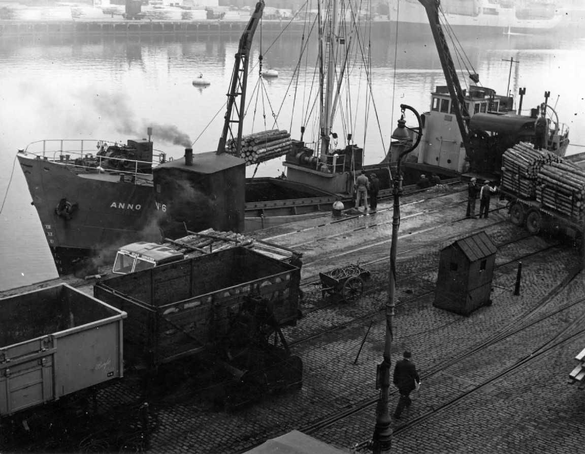 Timber cargo at Aberdeen harbour, 1954