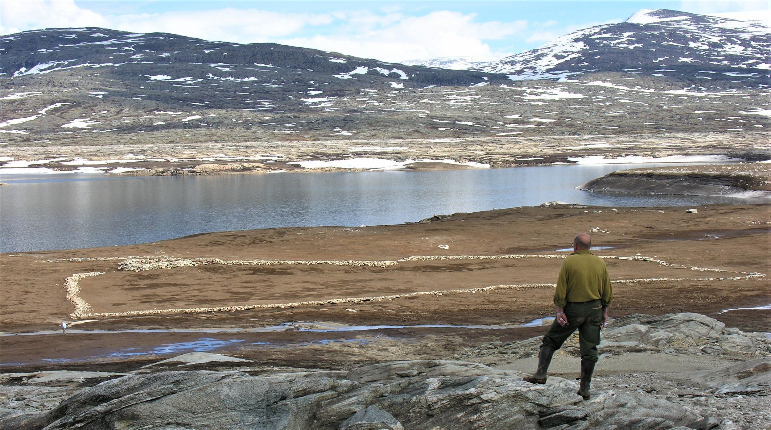 Jordbruk - I Eresfjord og Vistdal Statsallmenning er det ikkje lenger seterdrift. Tidligare var det ei sæter ved Stordalskulpen som vart driven av bønder frå Eikesdal. Sætra var lagt ned kring år 1900. Bua står framleis. Ved nordenden av Aursjøen dreiv bønder frå Lesja sætrane Buvollen og Alvsætra. I samband med Aurautbygginga vart desse neddemt i 1954. Enno kan ein sjå murane etter sæterbuene når Aursjøen er nedtappa. I dag er det kun sauer frå Eikesdal og Lesja som beitar i statsallmenninga.