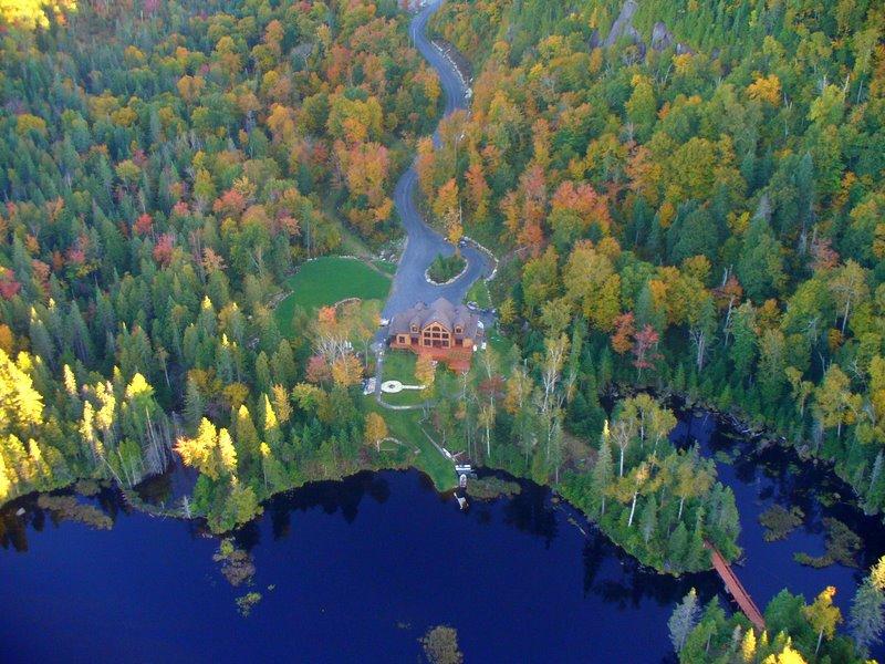 En chiffres, Les Boisés c'est… - - Un territoire de 6km carrés enclavé d'espaces verts et protégés- Plus de 5km de rive sur les abords du Lac Lasalle- Plus de 120 terrains vendus et 80 maisons construites depuis 1999- Une faible densité résidentielle, soit minimum de 150 pieds entre les maisons afin de préserver l'intimité de chacun.
