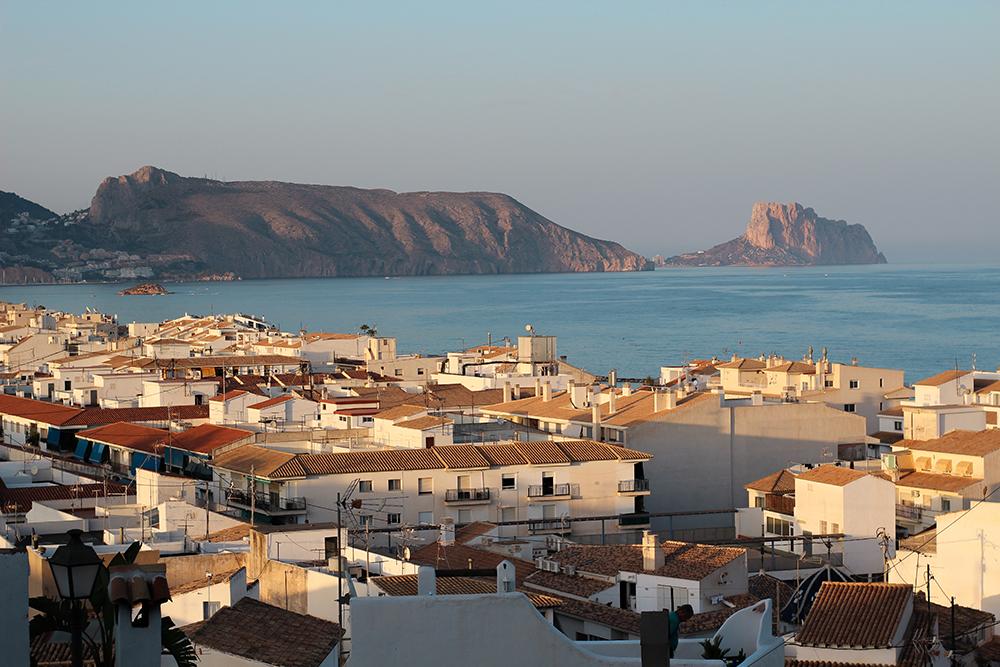 Vistas de atardecer en Altea, mar y pueblo vacaciones