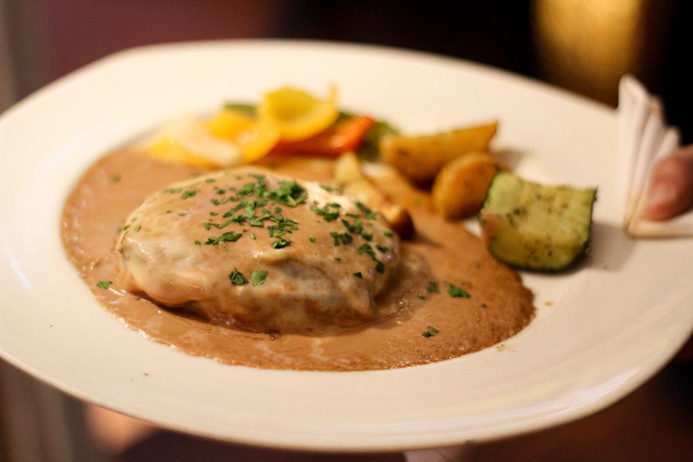 Alpacino beef tenderloin, with serrano ham, emental cheese, port sauce and gratin. Let the good movie begin …