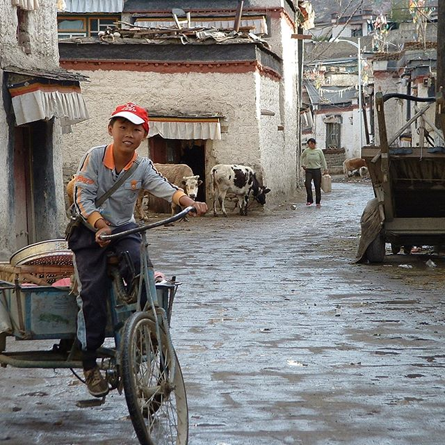 Flashback to Mindrolling Monastery in Tibet and some incredible views #Tibet #tibetanarchitecture #tibetanarthistory #himalayas #mountainsandsky #himalayanpeaks #mindrollingmonastery #stupa #chorten #buddhistrelics #tibetanbuddhism #longdrive #reviewingoldphotos #classprep