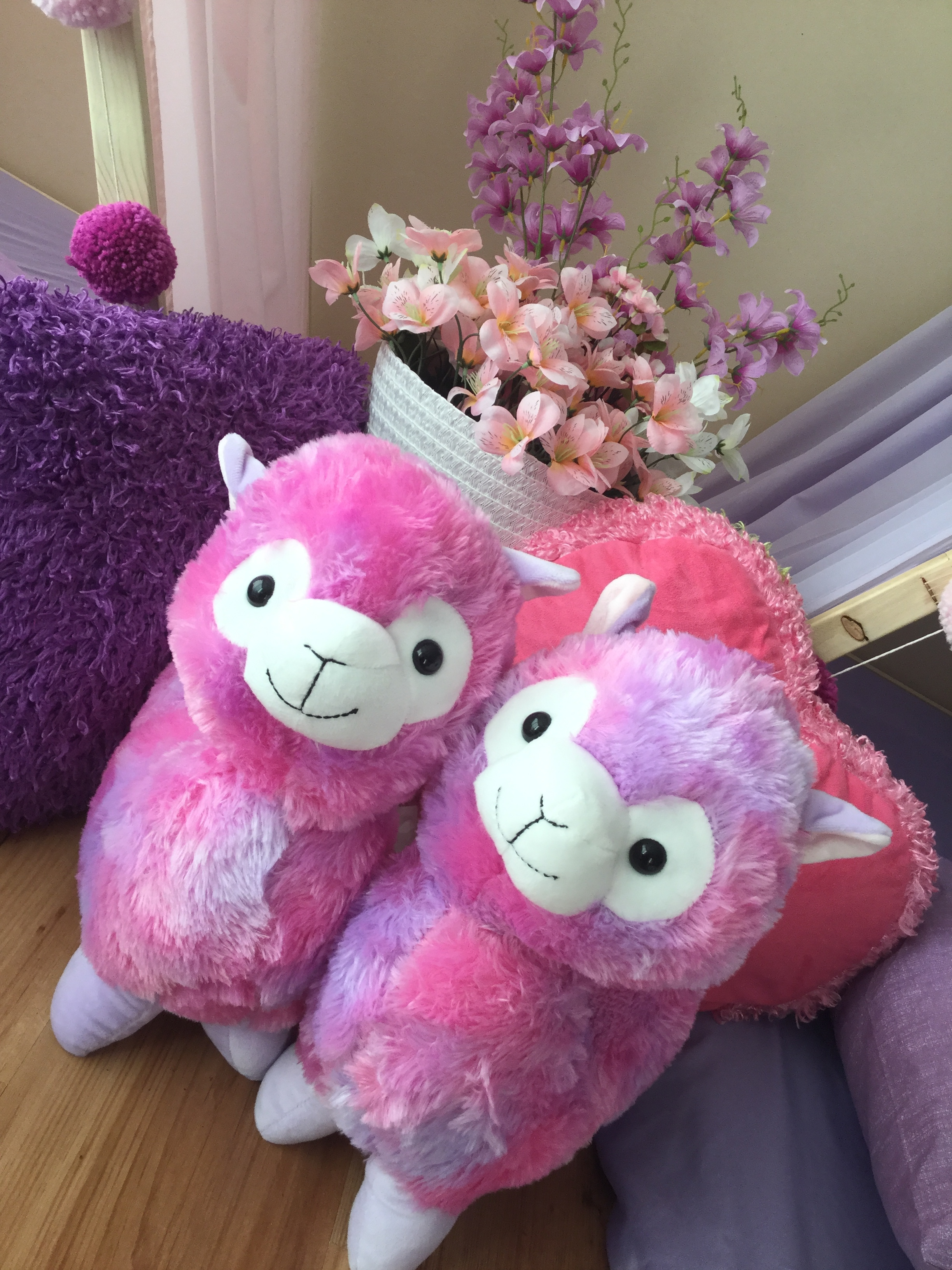 """Hola Llama"" - Llamas are the newest obsession and this theme seriously will make for the best Sleepover Party!This theme will definitely capture your heart! STP theme ""Hola Llama"" with stuff animal llamas is the cutest thing ever! Llama theme parties are the newest trends!"