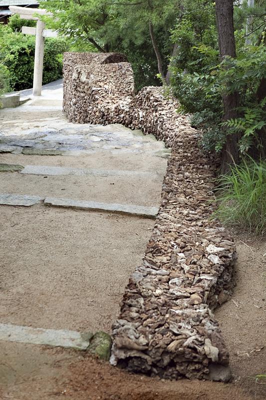 James Darling & Lesley Forwood,  Wall Work 5: from Kamojima to Kamojinja , 2010, 13.5 tonnes Mallee roots, 1.9 x 24.0 x 1.7 m, at the 2010 Setouchi Trienniale (Setouchi International Art Festival), Ogijima, Seto Inland Sea, Kagawa Prefecture, Japan