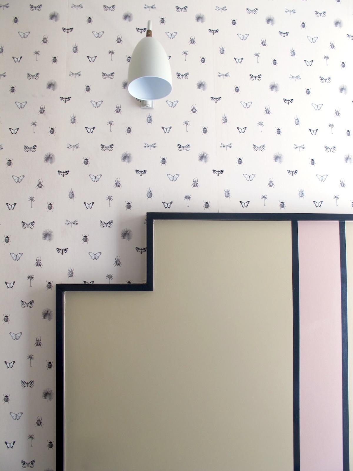 Emblématique, le papier peint - Reprenant toute la singularité des motifs Maison Caumont, le papier peint s'invite sur les murs, meubles, cahiers... pour éblouir vos intérieurs.