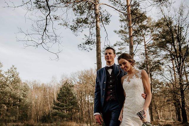 Ze hoopten op wat sneeuw maar kregen één van de warmste februaridagen uit de geschiedenis. Niet alleen de zon zorgde voor een memorabele dag! Laurie en Yannick's winterwedding op de website... link in bio! . . . . #trouwfotograaf #trouwenin2020 #trouwfoto #trouwfotografie #bruidsfotografie #iktrouwbelgisch #moodywedding #wijgaantrouwen #gewoon_sleen #zoschoongewoon