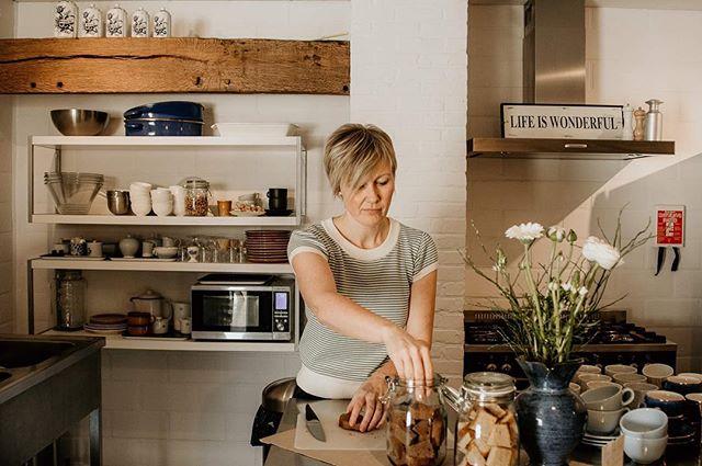 Creatieve ondernemer! ⠀⠀⠀⠀⠀⠀⠀⠀⠀ Petra organiseert workshops, lezingen en opleidingen in 't Veldt, een feest- en vergaderlocatie die ze samen met haar broer en partners uitbaat. ⠀⠀⠀⠀⠀⠀⠀⠀⠀ Het liefst op duurzame manier en graag in gezelschap van haar kringloopvondsten. ⠀⠀⠀⠀⠀⠀⠀⠀⠀ Gezellig daar in 't Veldt! Want als je geluk hebt, bakt Petra cake. Cake voor iedereen. Want dat is een hemelse match met koffie. . . . . #zakelijkportret #creatieveondernemer #vrouwelijkeondernemer #storyteller #whatsyourstory #bussinesportrait #femaleentrepeneur #zakelijkfotograferen #zakelijkefotografie #personalbranding #visualstorytelling