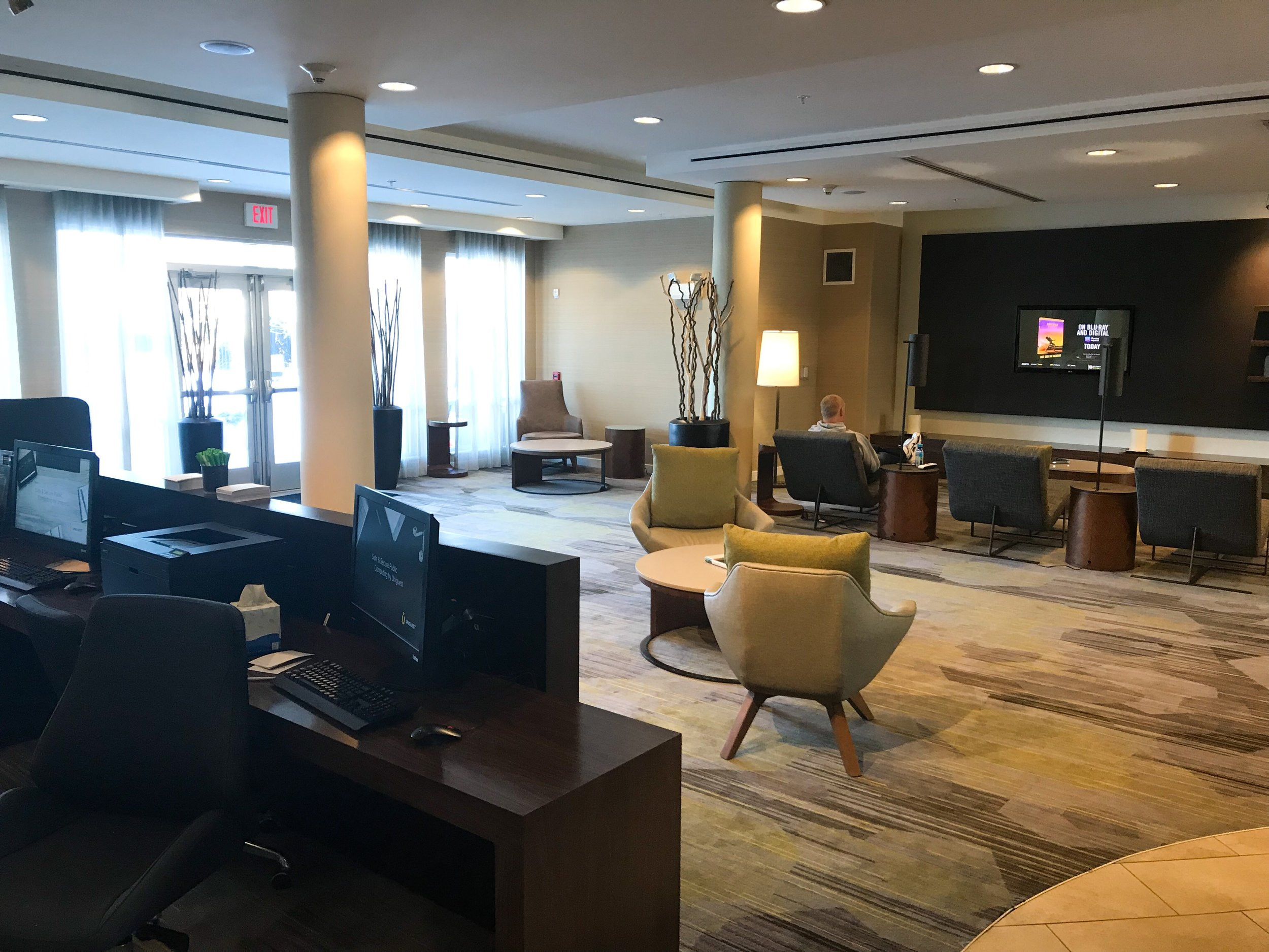 There are a couple computers with complimentary printing in the lobby.