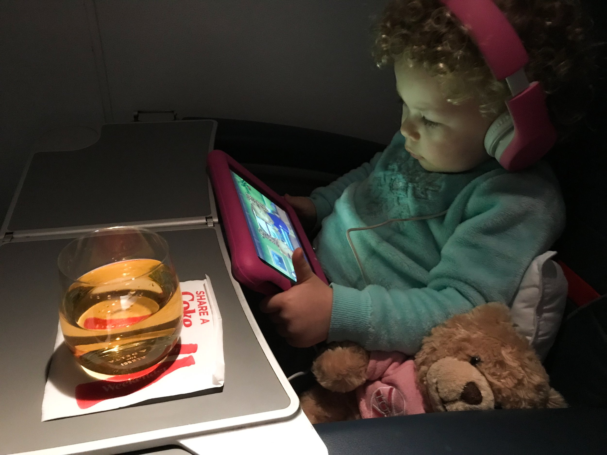 The ERJ-175 doesn't have IFE screens, but you can stream complimentary content directly to your personal devices.